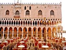 Café im Freien außerhalb der Dogen Palast, Venedig Stockbild