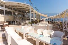 Café im Freien auf der Ufergegend im alten Budva, Montenegro Stockfoto
