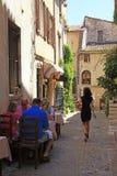 Café im Freien auf schöner schmaler Straße, Provence Lizenzfreies Stockbild