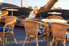 Café im Freien mit geflochtenen Stühlen Lizenzfreie Stockfotos