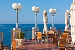 Café im Freien mit Seeansicht Stockfotografie