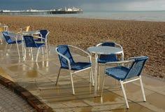 Café im Freien sitzt Brighton-Strand vor lizenzfreie stockfotografie