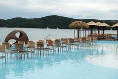 Café im Pool auf dem adriatischen Strand Stockbilder