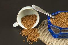 Café instantáneo en un plato de cristal Preparación del café soluble Adorne el café de la tienda Imagenes de archivo