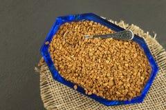 Café instantáneo en un plato de cristal Preparación del café soluble Adorne el café de la tienda Foto de archivo libre de regalías