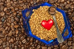 Café instantáneo en un plato de cristal Preparación del café soluble Adorne el café de la tienda Fotografía de archivo