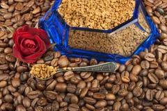 Café instantáneo en un plato de cristal Preparación del café soluble Adorne el café de la tienda Fotografía de archivo libre de regalías