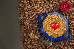 Café instantáneo en un plato de cristal Preparación del café soluble Adorne el café de la tienda Foto de archivo