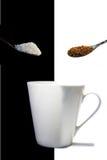 Café instantâneo, açúcar e um copo branco Fotos de Stock