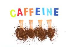 Café instantâneo na colher de madeira com cafeína da palavra fotos de stock royalty free