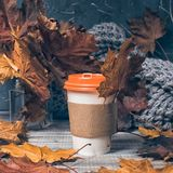 Café a ir en fondo de madera imagen de archivo libre de regalías