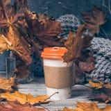 Café a ir no fundo de madeira imagem de stock royalty free
