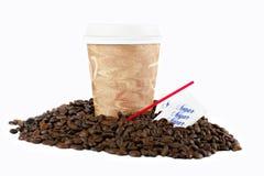 Café a ir taza en granos de café en blanco Imagenes de archivo