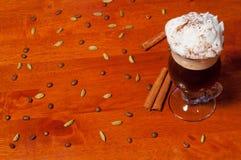 Café irlandês no fundo de madeira Fotografia de Stock