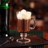 Café irlandais dans une barre Concept des vacances de St Patrick Ba de vacances photographie stock