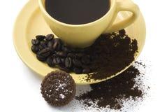 Café isolado, feijões de café, biscoito em um CCB branco do copo amarelo imagens de stock royalty free