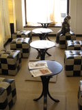 Café japonés del gato con las sillas y las tablas Fotografía de archivo