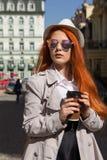 Café largo de la calle de la ciudad del pelirrojo del viento del pelo de la muchacha del viaje del turismo Fotos de archivo