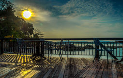 Café lateral da praia com nascer do sol no contexto fotos de stock