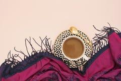 Café, latte dans un blanc, noir et tasse de café d'or Concept féminin de lieu de travail Workspac confortable de féminité de mode Photographie stock libre de droits