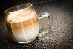Café Latte en la taza de cristal Foto de archivo