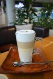 Café Latte Macchiato em um vidro Fotos de Stock