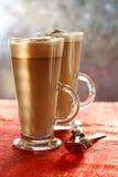 Café Latte sur le contexte de scintillement avec la lumière ensoleillée photographie stock