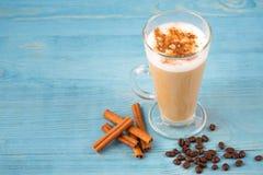 Café Latte und Kaffeebohnen und Zimt Stockfotos