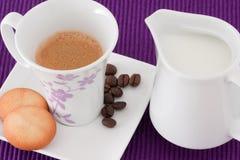 Café, leche y galletas Fotos de archivo