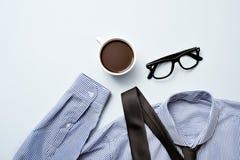 Café, lentes, lazo y camisa Imagen de archivo