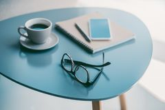 Café, libreta y lentes Imagen de archivo