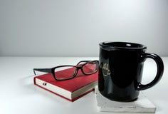 Café, libro y vidrios de lectura Imágenes de archivo libres de regalías