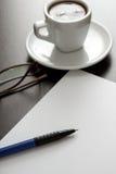 Café, livre blanc et stylo Photos stock