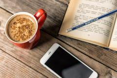 Café, livre, et smartphone Image libre de droits