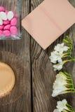 Café, livre, fleurs et oeufs de pâques sur la table en bois Photo libre de droits