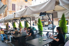 Café local en el área de Trastevere en Roma, Italia imagenes de archivo