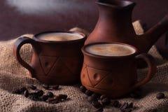 Café, mañana, concepto de los granos de café - coffe en taza de la loza de barro imagen de archivo libre de regalías