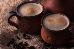 Café, mañana, concepto de los granos de café - coffe en taza de la loza de barro foto de archivo