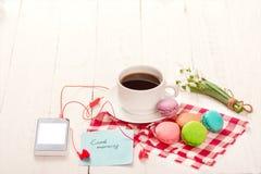 Café, macarrones y crema con una tarjeta de la buena mañana Imagen de archivo libre de regalías