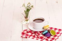Café, macarrones y crema con una tarjeta de la buena mañana Imagenes de archivo
