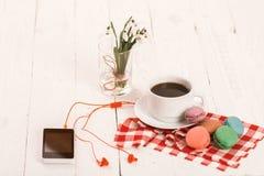 Café, macarrones y crema con una tarjeta de la buena mañana Foto de archivo libre de regalías