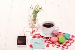 Café, macarrones y crema con una tarjeta de la buena mañana Fotografía de archivo libre de regalías