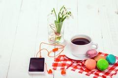 Café, macarrones y crema con una tarjeta de la buena mañana Imagen de archivo