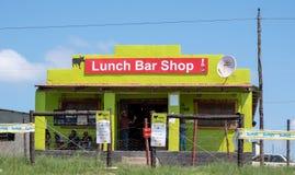 Café/magasin brillamment colorés dans la zone rurale sur la côte sauvage près de Morgan Bay, Transkei Afrique du Sud images libres de droits