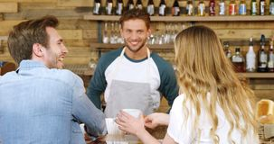 Café masculino de la porción del camarero a juntarse en 4k contrario metrajes