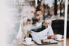 Café Menina loura mulatto sente-se Café da bebida imagem de stock