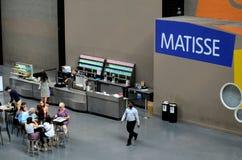 Café minimaliste avec l'allocation des places à l'intérieur de Tate Modern Art Gallery London Angleterre Photographie stock
