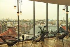 Café mit Ansicht von Amsterdam Lizenzfreies Stockbild