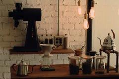 Café mit Kaffee und Ausrüstung Stockbild