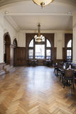 Café mit Möbeln auf Hartholz-Bodenbelag Lizenzfreie Stockbilder